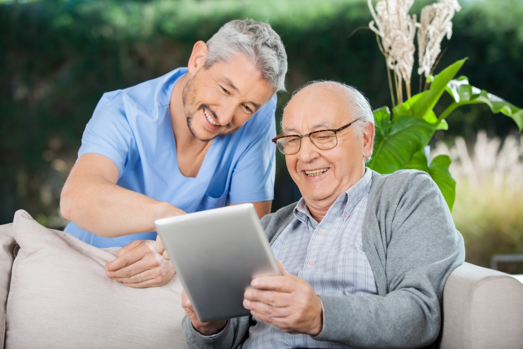 Teaching Your Elderly Parents To Use Technology Pioneer
